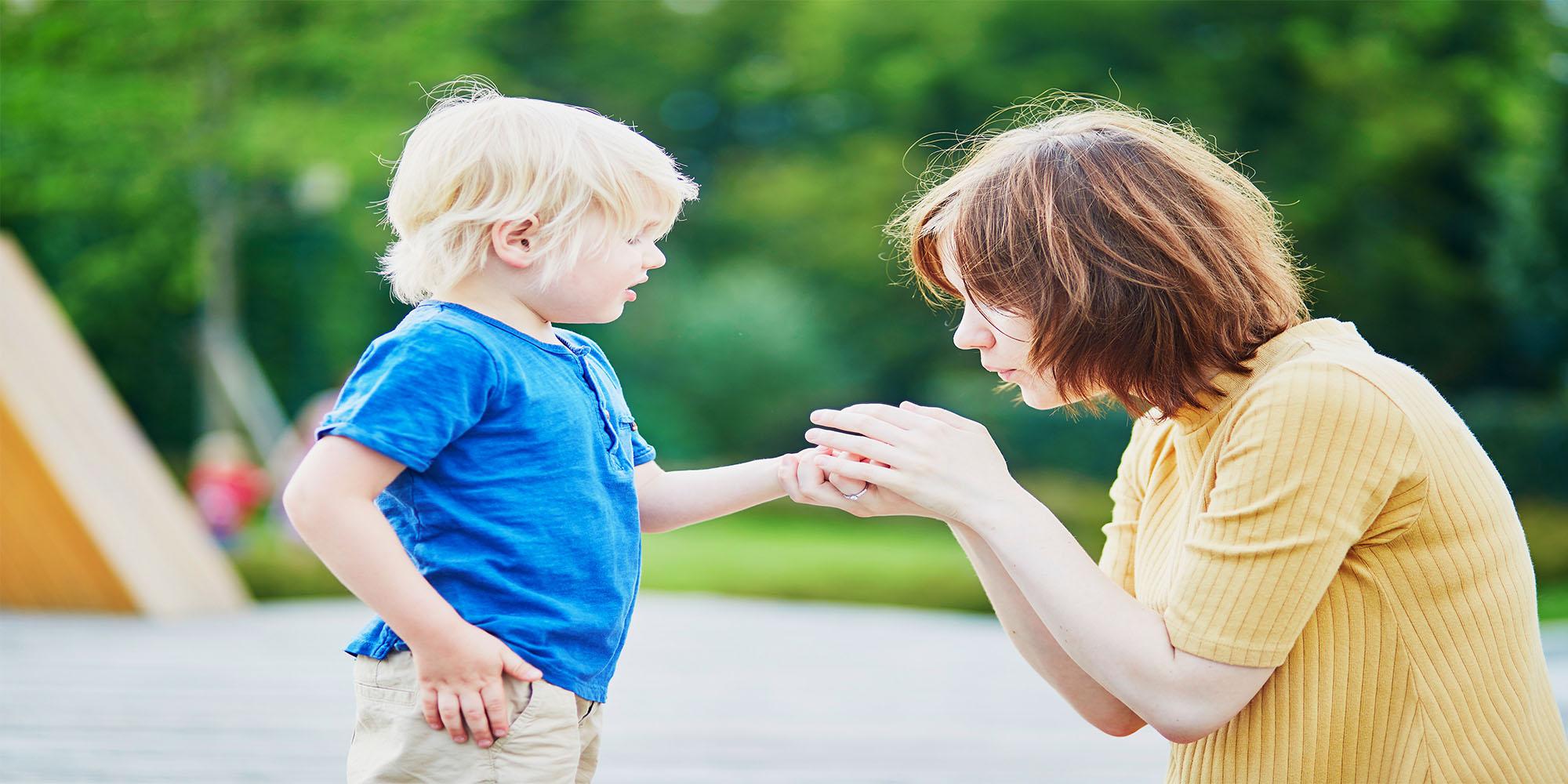 Niño con herida y madre que le ayuda. accidentes infantiles